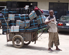 商談成立後荷車いっぱい載せた満面の笑みの商人