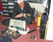 熟練修理技術者による修理の様子